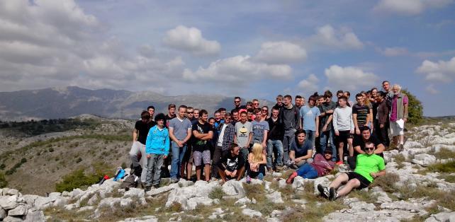 Photo de groupe après la pause repas près d'une borne géodésique