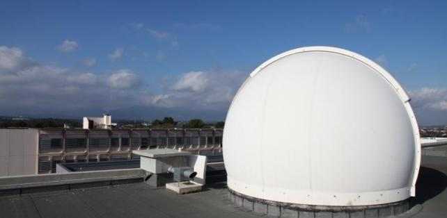La coupole installée sur le toit du bâtiment 2
